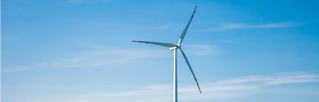 Bild vindkraft och blå himmel